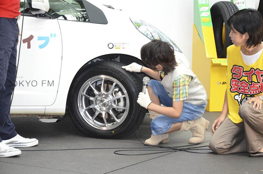まずはタイヤの外観をチェック、傷や偏摩耗などがないことを確かめる