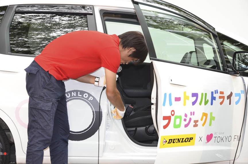 タイヤの空気圧の表示を確かめる中西さん