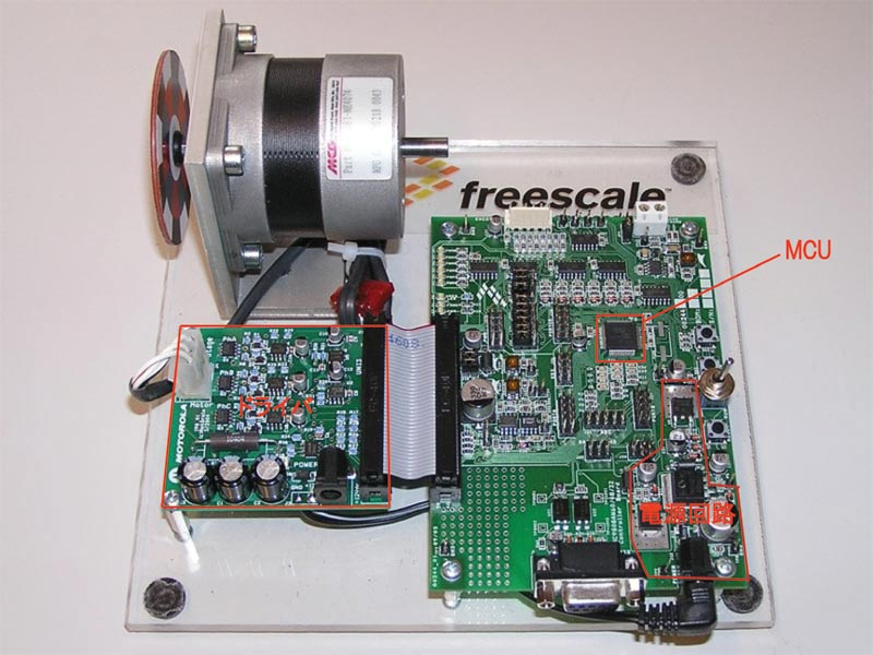 P4:右側のボードは、色々な入出力を接続できるように、多数の回路を組み込んでいる関係で、MCUと電源部以外がほぼ全部入出力に割り当てられているため、かなり大きなものになっている。モーター制御だけに専念すれば、左と同じ程度の基板面積に抑えられるだろう