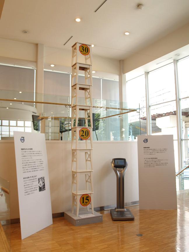 ショールームには体重計に加え、衝撃を視覚的に伝えるため、いすを積み上げてどれくらいの高さから落ちることに匹敵するかも展示する
