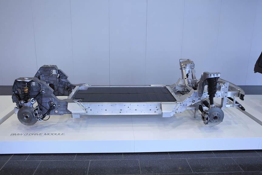 i3のドライブ・モジュール(左)の上にカーボンコンポジットのライフ・モジュールが載る