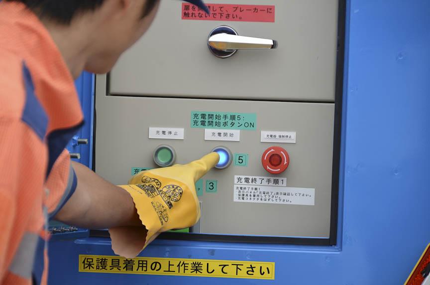 充電器の操作はEV用急速充電器と同じ。コネクタをEVに接続すると絶縁試験が行われてから、充電が始まる