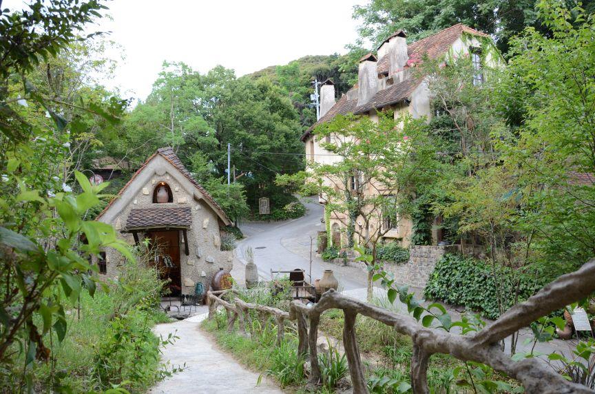 どこにでもあるフツーの田舎町に突如として現れる「ぬくもりの森」はまるで童話の世界!