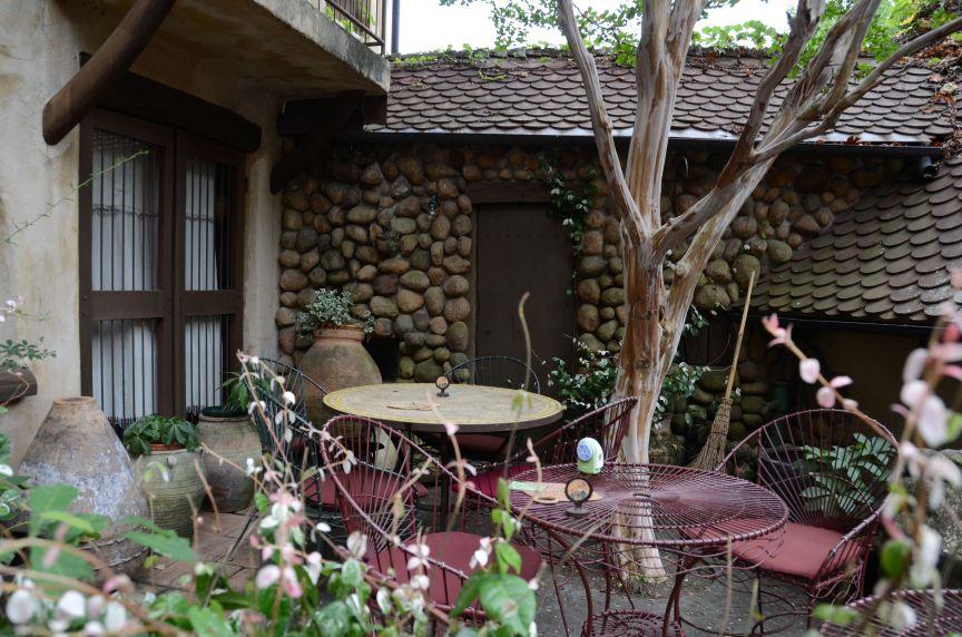 おとぎの国のような建物に囲まれた中庭カフェは雰囲気サイコー