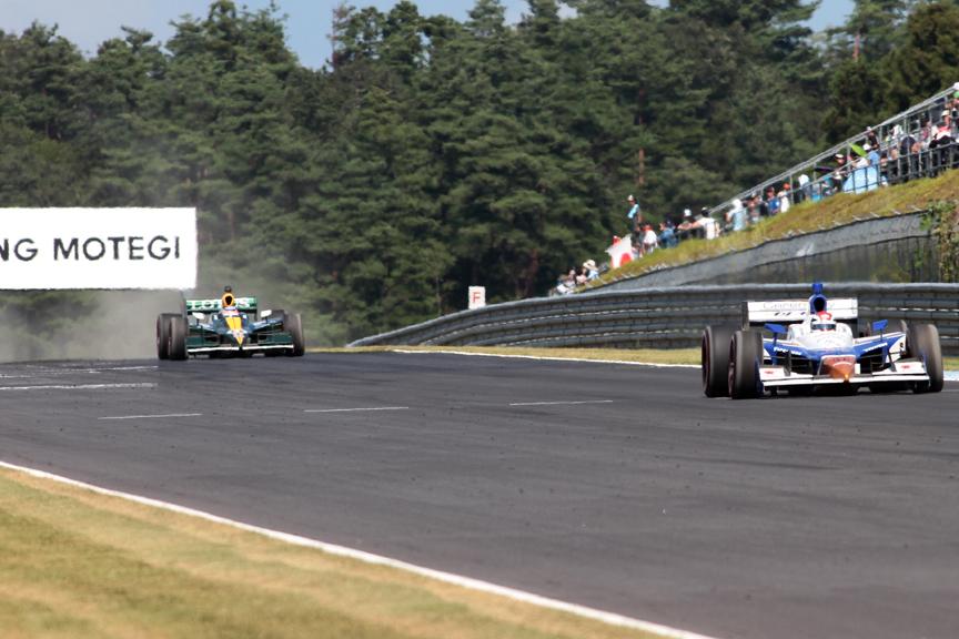 19周目、ダウンヒルストレート手前のヘアピンで、オリベイラが佐藤のインに飛び込むも、オリベイラは止まりきれず佐藤と接触。両車ともグラベルへ飛び出し後退。その後オリベイラは最終コーナーでストップし、最初のフルコースイエローの原因となる
