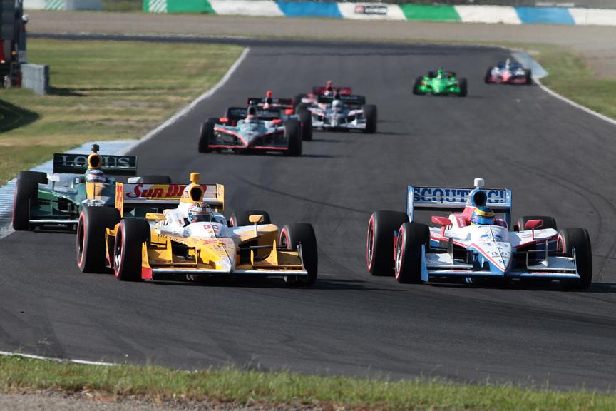 8位のライアン・ハンターレイが7位のセバスチャン・ブルデーを第3コーナーでアウトから抜きにかかる。その後ろに佐藤琢磨