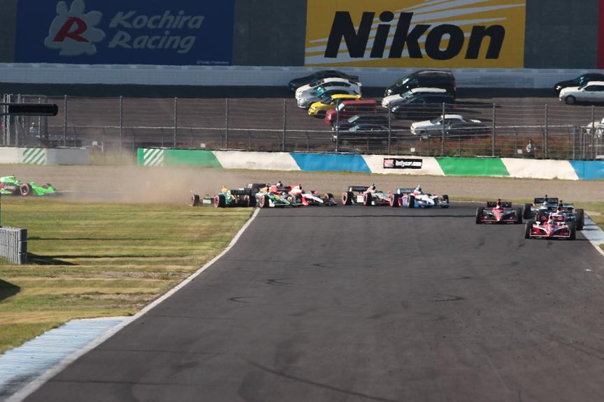 残り2周の時点でリスタート。佐藤琢磨は1コーナーで前のビソを抜きにかかるが接触、両者ともスピンする。ビソは最後尾に、佐藤は11位に後退