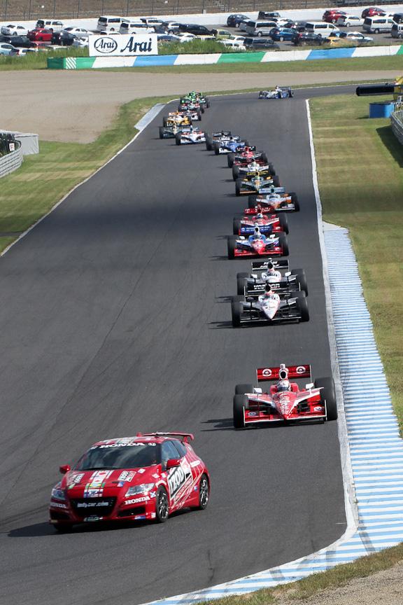 22周目に最終コーナーでストップしたオリベイラ車を処理するため最初のフルコースイエロー