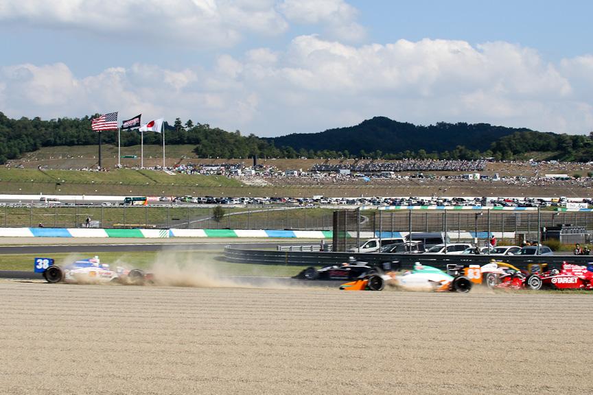 1コーナーでフランキッティのフロントウイングが、前をいくチーム・ペンスキーのライアン・ブリスコーのリアタイヤと接触。ターゲット・チップ・ガナッシ・レーシングのサテライトチームであるチップ・ガナッシ・レーシングの2台(グレアム・レイホールとチャーリー・キンボール)を巻き込むアクシデントが発生