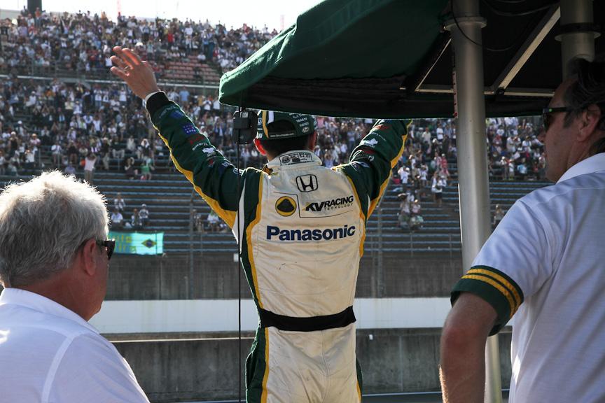 カストロネベスへのペナルティで10位に繰り上がった佐藤琢磨。レースの方はやや不完全燃焼だったが、詰めかけた多くのファンの歓声に手を振って応えた