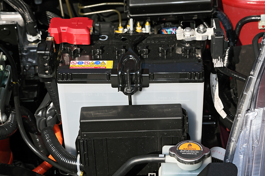 エアコン以外の電装品はこちらのバッテリーを利用する。走行用のリチウムイオンバッテリーからDC/DCコンバーターにより充電される