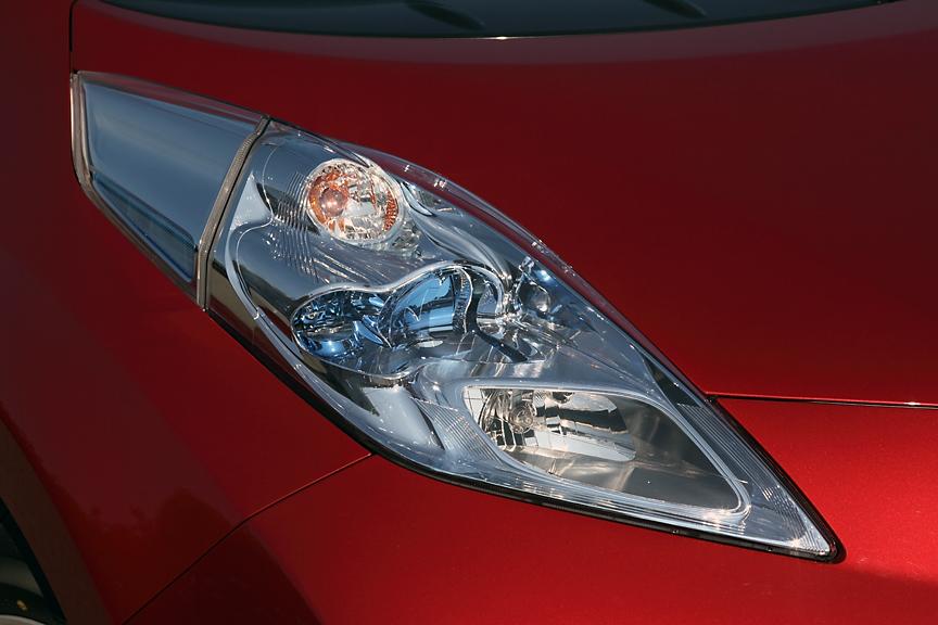 独特の形状を持ったヘッドライト。これはドアミラーに当たる風をコントロールし、風切り音を低減するためのデザイン。ヘッドライトインナーにはリーフのアイコニックカラーとなるブルーのアクセントが加えられている
