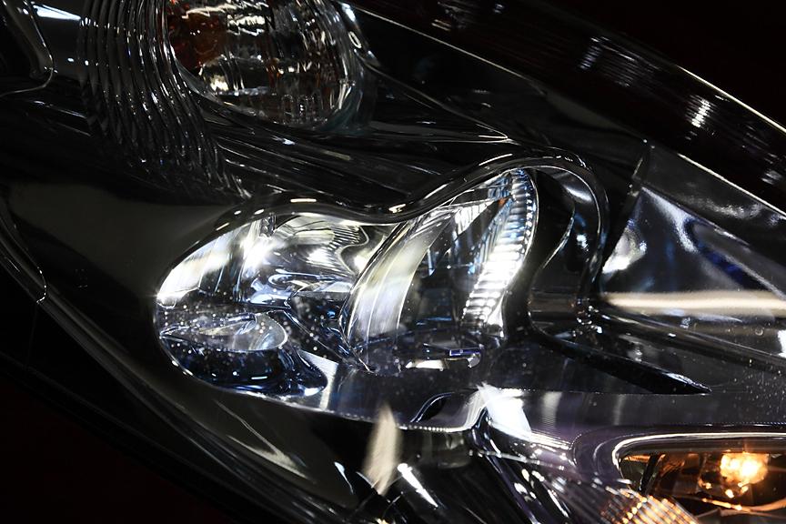 ロービームにLEDを採用したヘッドライト。バルブ本体はライト下部に配置され、反射鏡、リフレクターと2回屈折を行う複雑な構造となっている