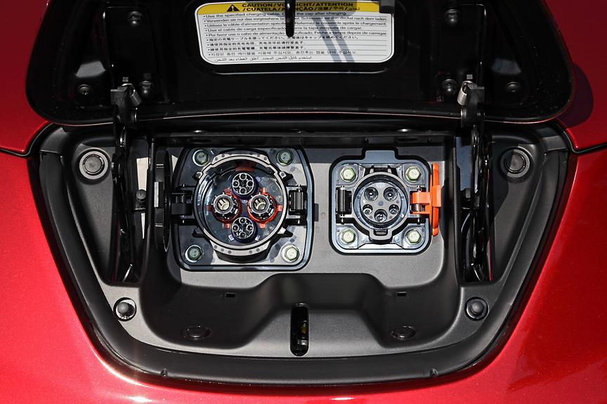 ボディー前端に配置された給油口ならぬ充電ポート。左が急速、右が普通用。残量警告が点灯している状態で急速時は約30分で80%まで、普通時は約8時間で満充電となる