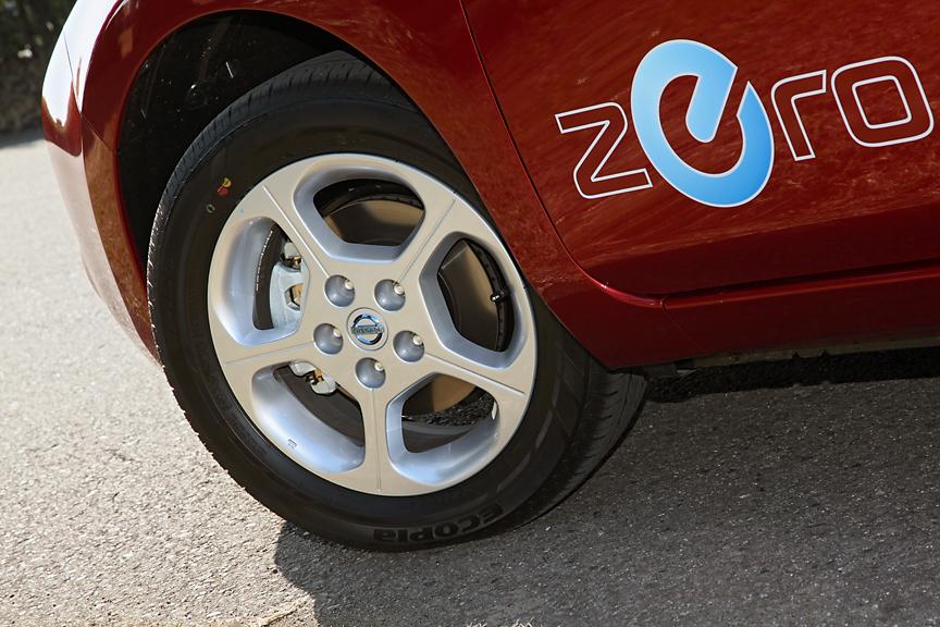 タイヤは前後とも205/55 R16。写真のアルミホイールも標準装備