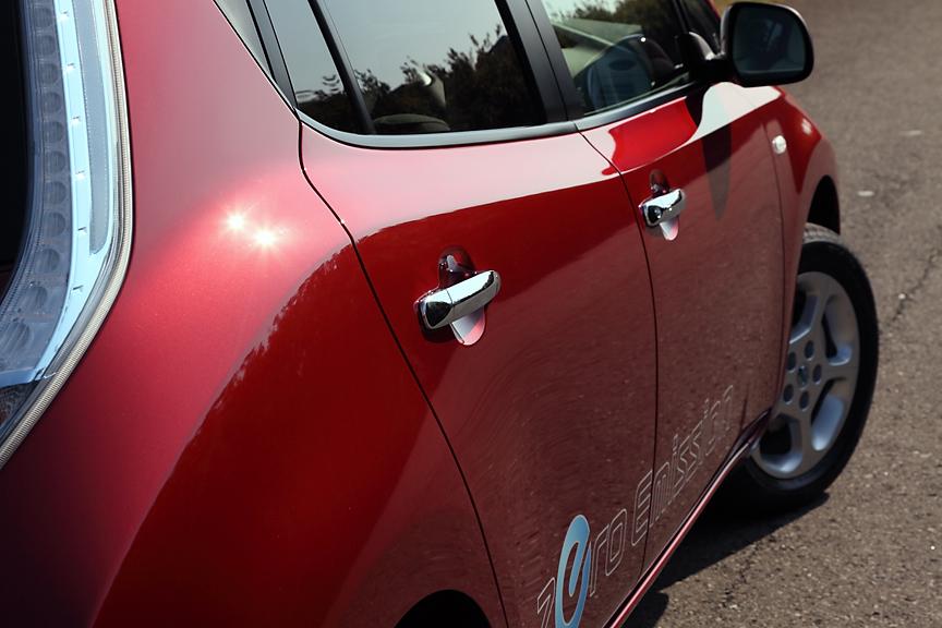 ショルダー部が盛り上がった独特のキャラクターラインは車両前後の気流を最適化する役割を持つ