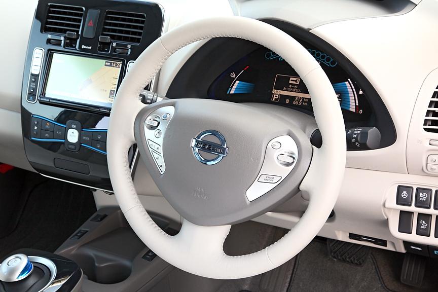 ツートンカラーのステアリング。ホーンパッド左右にはクルーズコントロールやオーディオ用のボタンを配置。このエンブレムもブルーのアクセントカラーとなる
