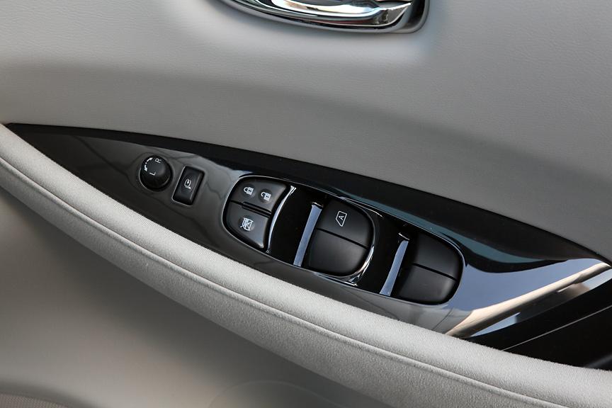運転席ドアのアームレストにはパワーウインドーとサイドミラーのスイッチを配置