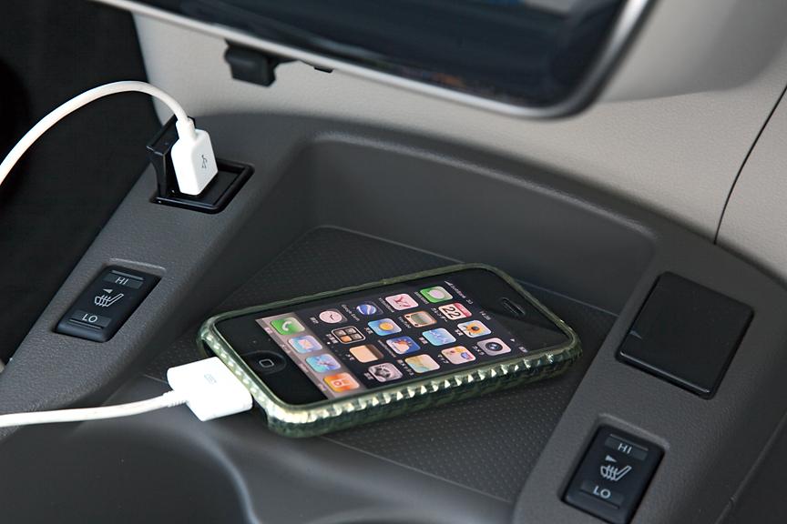 ナビ/オーディオは専用のカーウイングス対応タイプで7インチのワイドVGAディスプレイを採用。センターコンソール前端にUSBとAUX端子を装備しiPodなどの接続が可能なほか、Bluetoothにも対応。スピーカーはGが6スピーカー、Xが4スピーカーとなる