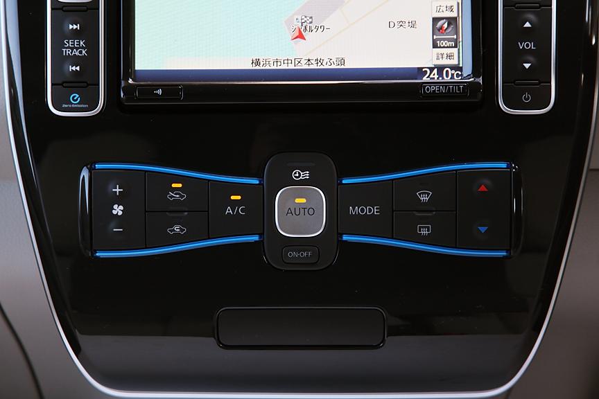 オゾンセーフフルオートエアコンが標準。外部から設定したタイマー動作中は中央上部のLEDが点灯する