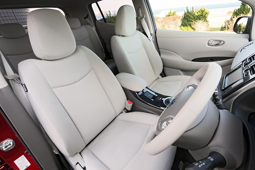 フロントシートは運転席、助手席ともゆったりとしたスペース。シート調節は手動