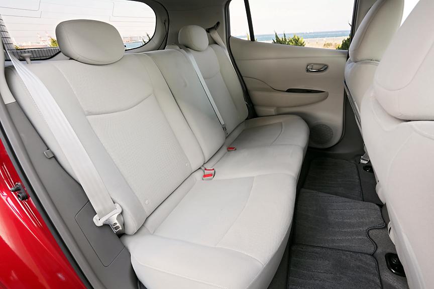 天井やヒザまわりはかなりゆったりのリアシート。ただ、座面が短めでフロントシート下につま先を入れられないため、モデル体型の男性だとちょっと窮屈な印象を受けるかも。フロア中央が盛り上がっているのは電源系のメインスイッチが収納されているため