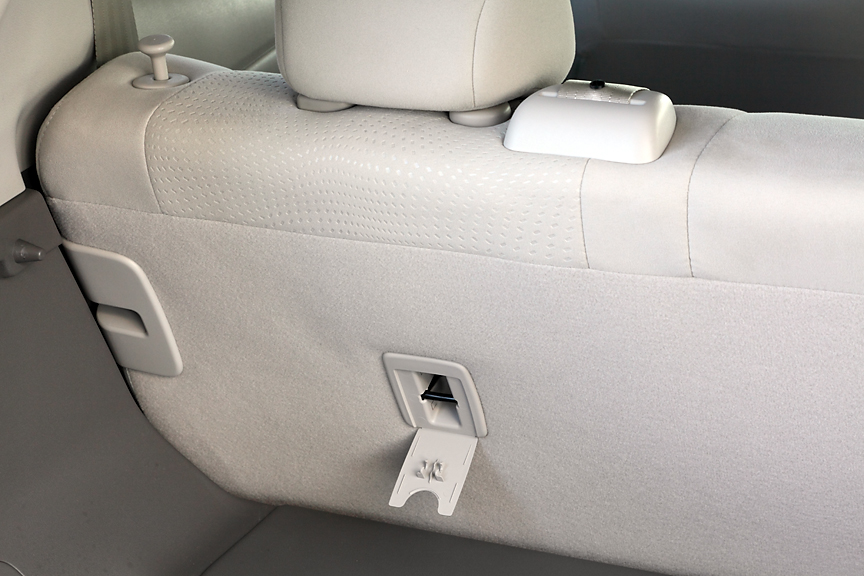 リアシート背面にはチャイルドシート装着用のキャッチがつく