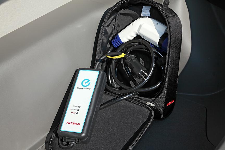 オプションの充電ケーブル用バッグ。充電ケーブルは200V用が3mまたは15m、100V用が7.5mの3種類がオプション設定されている。標準では200Vの7.5mタイプが付属している