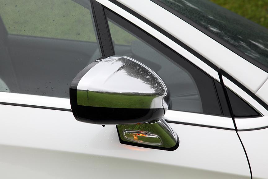 ドアミラーは熱線入り電動格納タイプ。リバース連動機能も付く。クロームドアミラーカバーは「パックペルソ」オプションに含まれる
