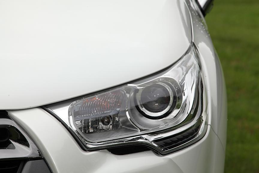 ヘッドライトはバイキセノンタイプ。コーナリング方向に15度向きを変えるディレクショナル機構も内蔵
