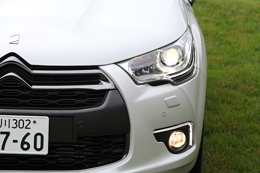 ポジションランプはフォグランプ内の外縁に。フォグランプはウインカーやステアリング操作により点灯するコーナリングライト機能付き