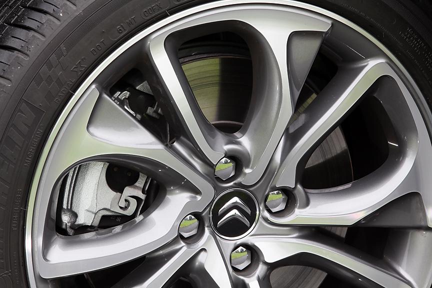ブレーキまわりはスポーツシック専用チューン。ディスク径はフロント340mm、リア290mmで、パッドも大面積で材質が異なる専用品。マスターシリンダー径は25.4mmに拡大されている