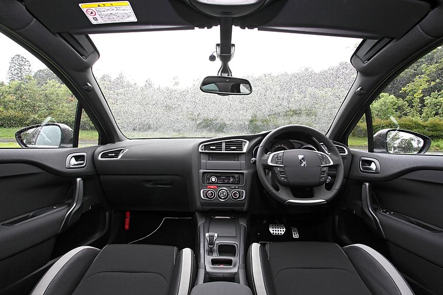 ドライバーの上方約45度まで視界が広がるパノラミックウインドウを採用。クーペライクなルックスながらルーミーな室内を実現している