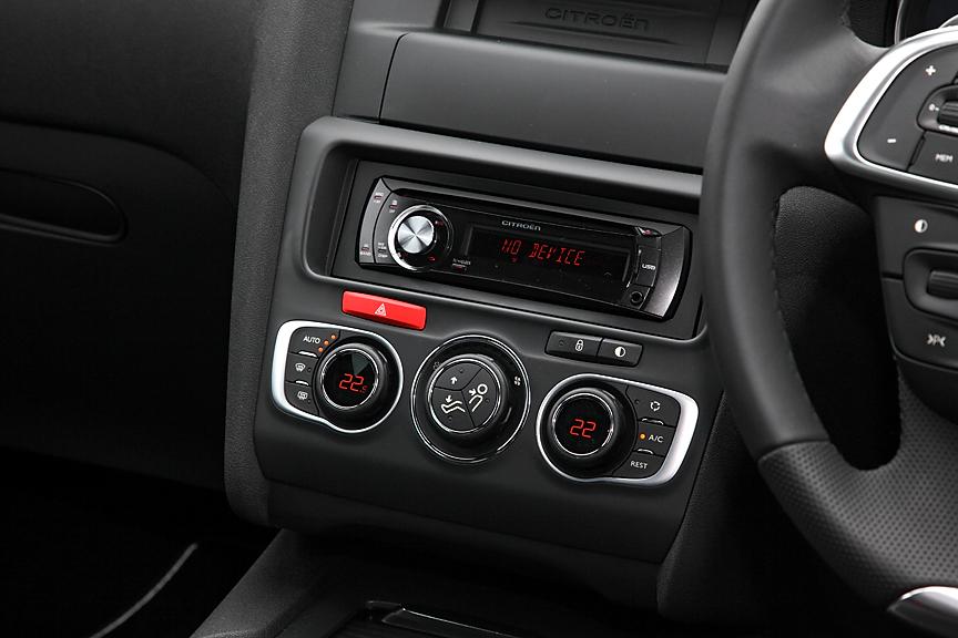 CDプレーヤー付き6スピーカーオーディオが標準。花粉やほこりなどをカットするフィルターを備えた左右独立調整式オートエアコンも標準だ