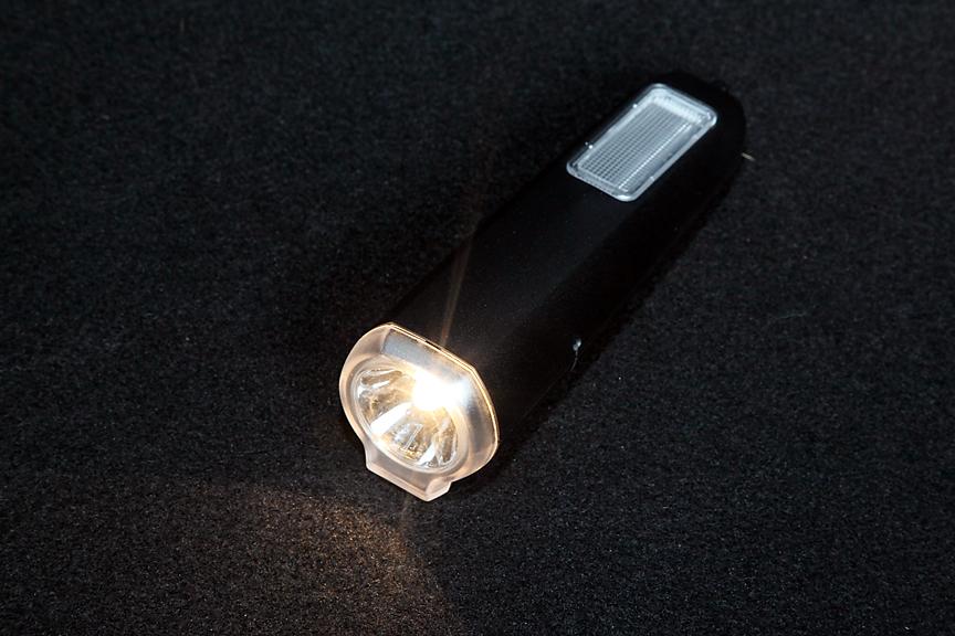 ラゲッジルームの壁面には取り外してハンドライトとしても使える照明を装備