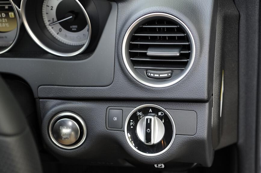 ヘッドライトスイッチはドイツ車の標準的な配置。エンジンスターターもボタン
