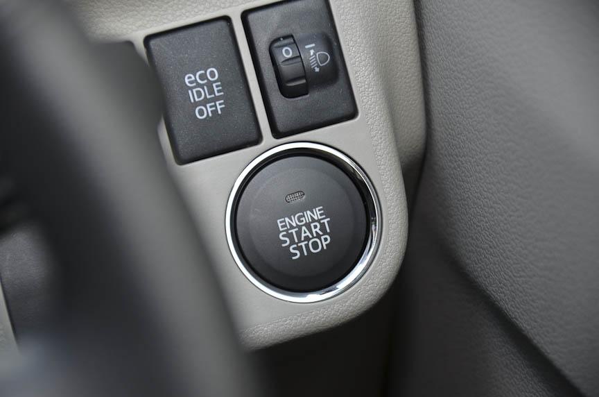 最上位グレードの「G」。アルミホイール、ターンシグナルランプ内蔵電動格納ドアミラー、オートエアコン、キーレスエントリー、革巻きステアリングホイールなどを標準で備える。カーナビはオプション