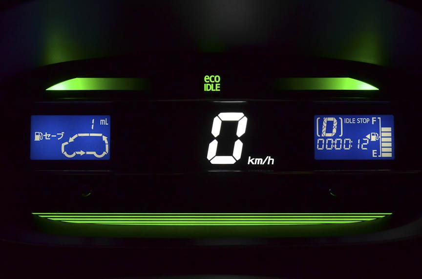 メーターパネル内の「エコドライブアシスト照明」。青(左)が通常の状態で、燃費がよい運転になるとグリーンに変化(中、右)する