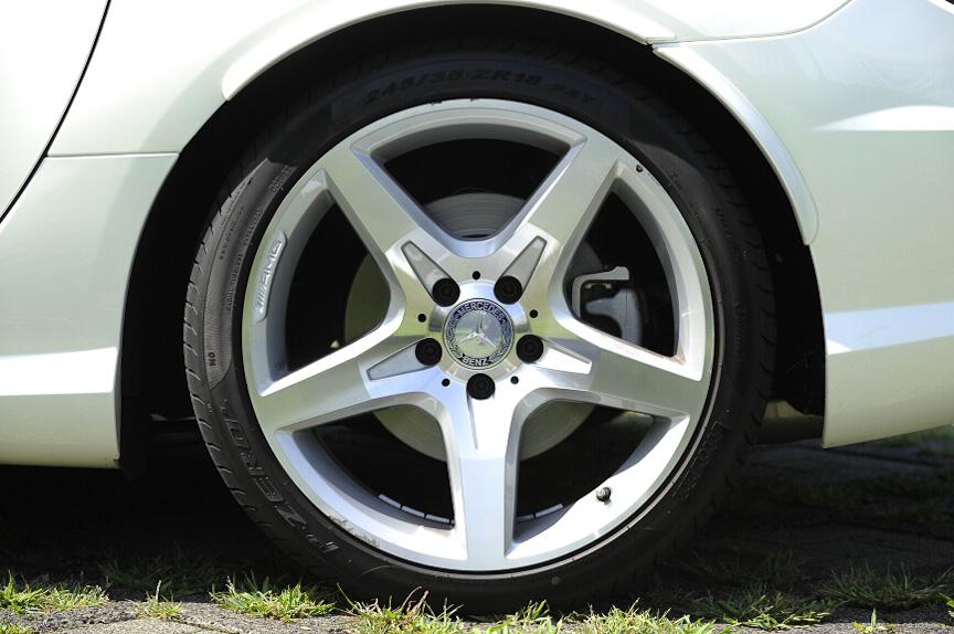 タイヤはフロントが225/40 R18、リアが245/35 R18