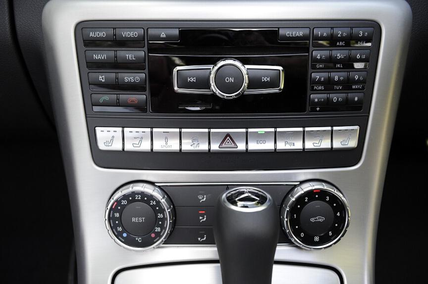 オーディオ操作パネル。CDの挿入口が用意される