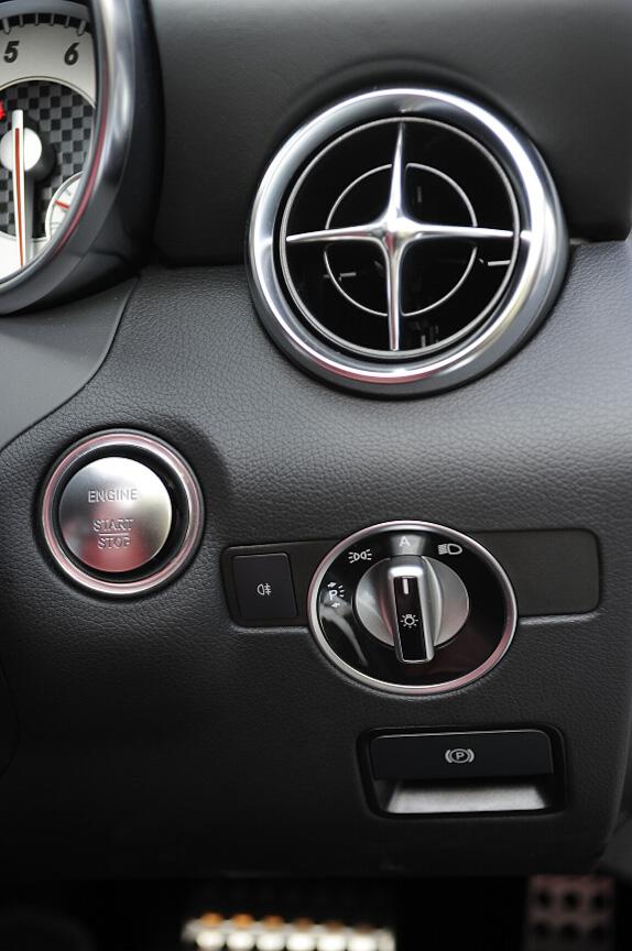ヘッドランプスイッチはステアリング右側に配置。その左上にあるのはプッシュ式のエンジンスタートボタン
