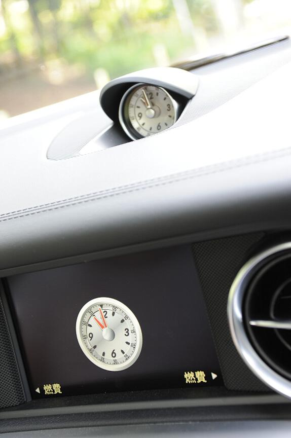 カーナビ用ディスプレイに表示されるアナログ時計とデザインを合わせている