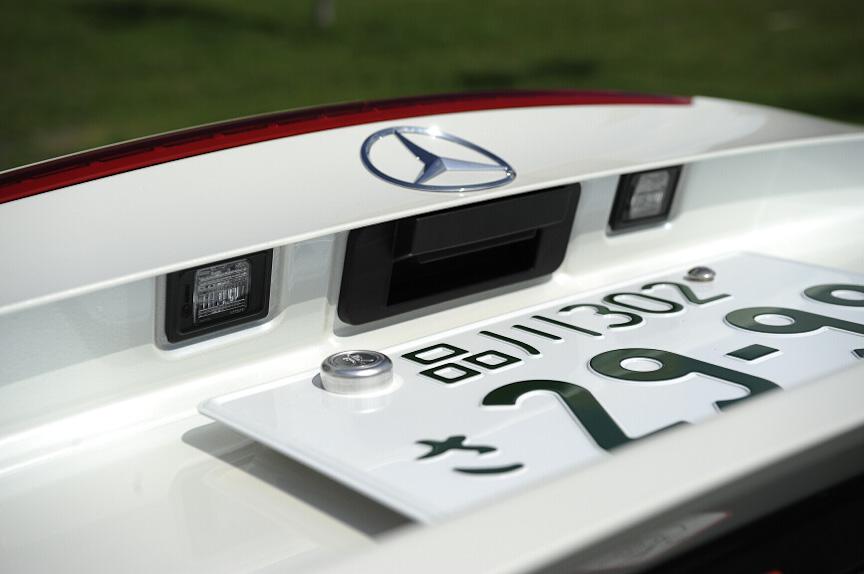ナンバープレート上にはナンバー照明とトランクリッドを開くスイッチを用意