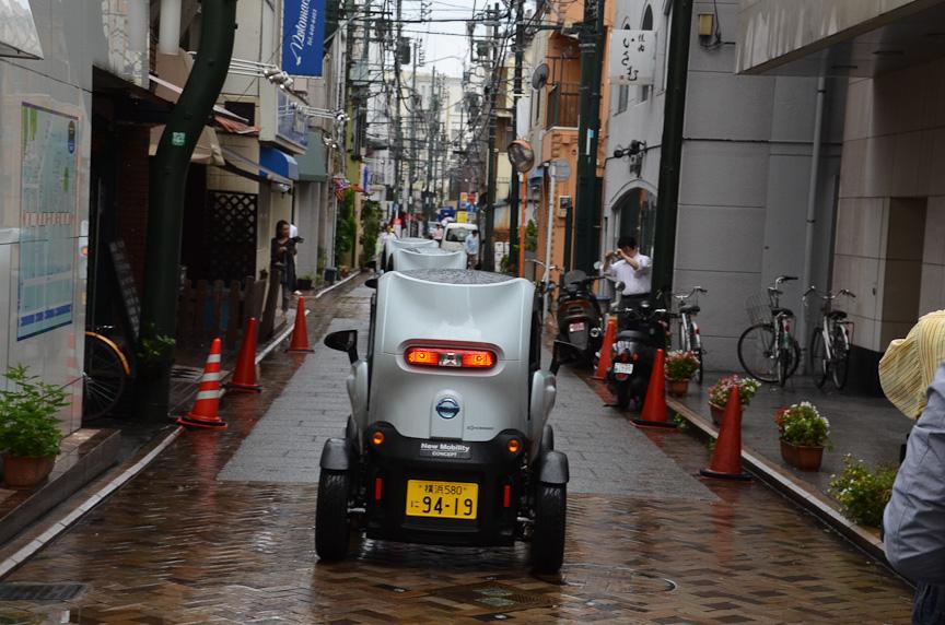 元町商店街とその裏の細い道を行くニュー・モビリティ・コンセプト。車幅が狭いため、路駐のある狭い道でも扱いやすい