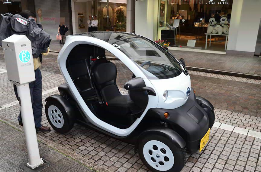 ドア無し車両。後席パッセンジャーはバイクのタンデムライダーのように、前席シートを股で挟むように乗る。スカートの女性には後席は無理なので、女性が運転して男性が後ろに乗る、という光景が一般的になるかも?