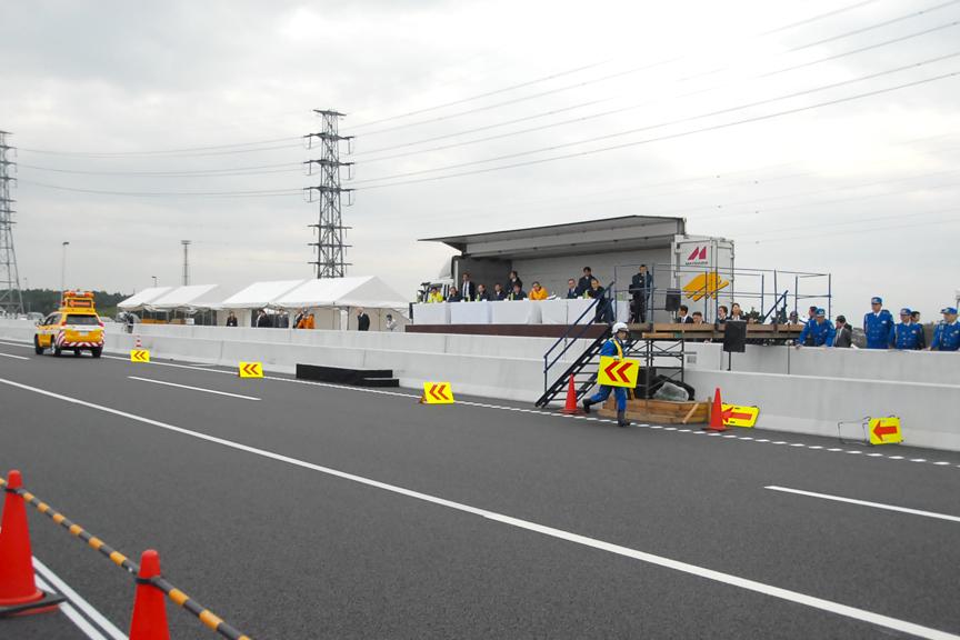 次に矢印板を道路端に順に設置する