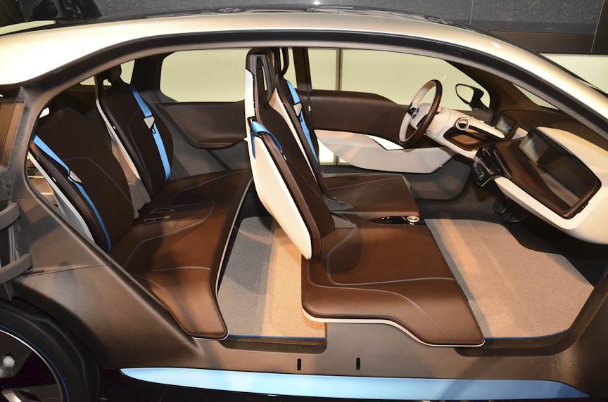 4シーターだが前後席はベンチシートになっており、左右どちらからでも乗り降りしやすい