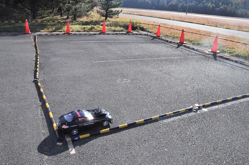試乗を待つ参加者が、時間をもてあまさないようRCカーも用意されていた