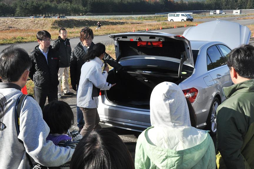 クリーンディーゼル車の構造について説明する、モータージャーナリスト 藤島知子さん