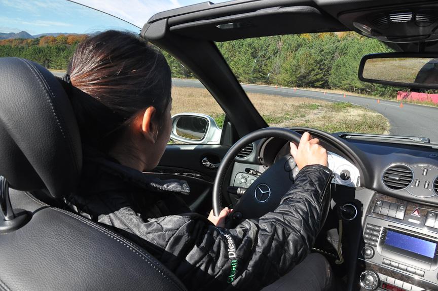 藤島さん試乗中。クリーンディーゼル車には二面性があると言う